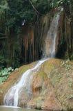 Den flög vattenfallet vaggar igenom Royaltyfria Bilder