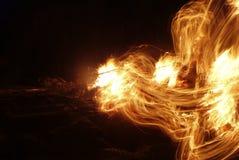 Den flammande flamman av brand tände under en lägereld Arkivbild