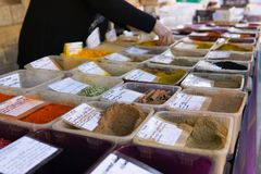 Den flerfärgade kryddamarknadsgatan sköt händer som tjänar som kunden royaltyfria foton