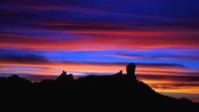 Den flerfärgade solnedgången på naturligt parkerar Roque Nublo, Gran canaria Royaltyfri Fotografi