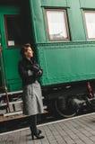 den flickagoodbye plattformsstången säger Royaltyfri Fotografi