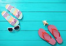 Den Flipmisslyckanden, solglasögon och havet beskjuter på blå träbakgrund Tillbehör för kopieringsutrymme- och modesommar Arkivfoto