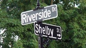 Den flodstranddrevShelby gatan undertecknar in Newport Kentucky - NEWPORT, Kentucky Förenta staterna lager videofilmer