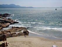 Den Florianopolis stranden vaggar lilla viken Arkivbilder