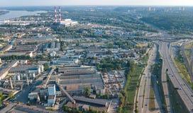 Den flyg- bästa sikten av industriellt parkerar zon från över, fabrikslampglas och lager, branschområde i Kiev, Ukraina royaltyfria foton