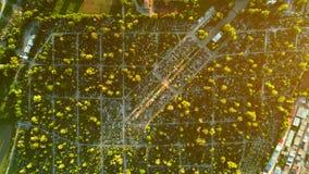 Den flyg- bästa zoomsikten av kyrkogården kallade också kyrkogården, ett ställe var restna av dött folk begravas 4K lager videofilmer