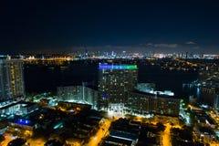 Den flyg- bildflamingo står högt Miami Beach på natten Royaltyfria Bilder