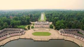 Den flyg- Dusseldorf Tyskland under slott och parkerar