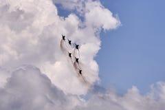 Den flyg gruppen av sex flygplan MiG-29 utför demonstrationsflyg mot bakgrunden av den Gelendzhik semesterorten royaltyfri bild