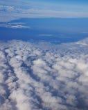 den flyg- härliga bluen clouds skysikt Arkivbilder