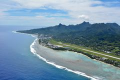 Den flyg- landskapsikten av den Rarotonga flygplatsen och hamnstaden lagar mat Isl royaltyfria foton