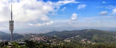 Den flyg- panoramautsikten på telekommunikationtorn och den Barcelona staden från Tibidabo monterar, Spanien Fotografering för Bildbyråer