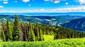 Den flyg- sikten av den alpina byn av solen når en höjdpunkt i den Shuswap Skotska högländerna i British Columbia, Kanada fotografering för bildbyråer