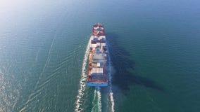 Den flyg- sikten av behållareskeppet svävar i havet, når den har laddat i port av Kina stock video