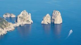 Den flyg- sikten av berömda Faraglioni vaggar från den Capri ön, Italien stock video