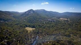 Den flyg- sikten av berg och granit vaggar i Stanthorpe, Australien Arkivfoto