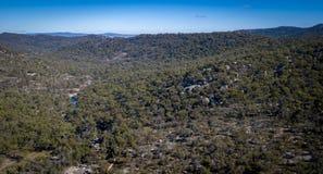 Den flyg- sikten av berg och granit vaggar i Stanthorpe, Australien Royaltyfri Foto