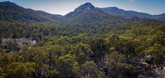 Den flyg- sikten av berg och granit vaggar i Stanthorpe, Australien Royaltyfri Fotografi