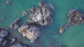 Den flyg- sikten av den blåa lösa Laguna Beachkustlinjefjärden med vaggar och klippor Flyga ovanför havlandskapet och arkivfilmer