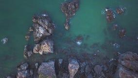 Den flyg- sikten av den blåa lösa Laguna Beachkustlinjefjärden med vaggar och klippor Flyga ovanför havlandskapet och stock video
