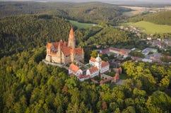 Den flyg- sikten av brunnen bevarade den gotiska slotten Bouzov Arkivbilder