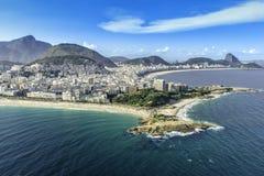 Den flyg- sikten av byggnader på Copacabanaen och Ipanema sätter på land i Rio de Janeiro Arkivbild