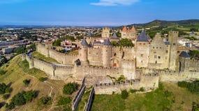 Den flyg- sikten av Carcassonne den medeltida staden och fästningen rockerar från över, sydliga Frankrike Arkivbilder