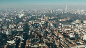 Den flyg- sikten av den Castello Sforzesco slotten och Sempione parkerar inom cityscape av Milan, Italien arkivfilmer