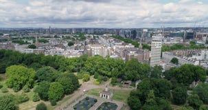 Den flyg- sikten av centrala London av italienarna arbeta i trädgården i Hyde Park stock video