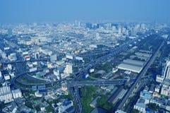 Den flyg- sikten av cityscapemotorvägen och huvudvägen, blått tonar, bankar Royaltyfria Bilder