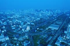 Den flyg- sikten av cityscapemotorvägen och huvudvägen, blått tonar, bankar Royaltyfri Bild