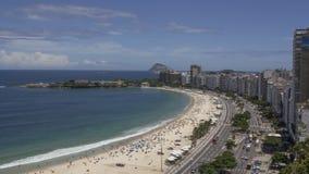 Den flyg- sikten av Copacabana och Copacabana sätter på land i Rio de Janeiro Brazil arkivfilmer