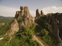 Den flyg- sikten av den Belogradchik fästningen och vaggar, Bulgarien royaltyfria foton