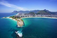 Den flyg- sikten av den Copacabana stranden och Ipanema sätter på land Royaltyfri Fotografi