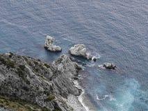 Den flyg- sikten av den förfallna Sorelle reven, två systrar revar, Conero NP, Italien Fotografering för Bildbyråer