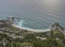Den flyg- sikten av den förfallna Sorelle reven, två systrar revar, Conero NP, Italien Arkivfoto