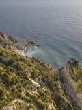 Den flyg- sikten av den förfallna Sorelle reven, två systrar revar, på soluppgång Conero NP, Italien Arkivfoton