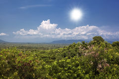 Den flyg- sikten av den härliga sikten av bergen gömma i handflatan himmel bali indonesia Royaltyfri Foto