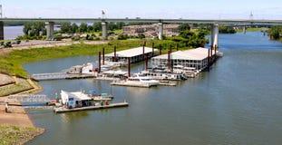 Den flyg- sikten av den i stadens centrum Memphis Marina och fartyget halkar Royaltyfri Fotografi