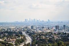 Den flyg- sikten av den Los Angeles staden från den Runyon kanjonen parkerar Mountain View fotografering för bildbyråer