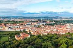 Den flyg- sikten av den Prague staden från den Petrin kullen Arkivfoton