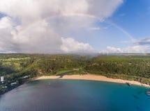 Den flyg- sikten av den Waimea fjärdstranden parkerar med en regnbåge Royaltyfria Foton