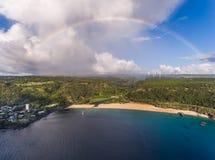 Den flyg- sikten av den Waimea fjärdstranden parkerar med en regnbåge Fotografering för Bildbyråer