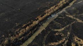 Den flyg- sikten av det brända fältet, flyger framåtriktat Katastrof- och nödlägehändelser, luftförorening stock video