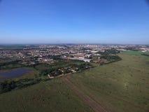 Den flyg- sikten av det ekologiskt parkerar i den Sertaozinho staden, Sao Pau royaltyfria bilder