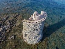 Den flyg- sikten av det Genovese tornet, turnerar Genoise, den Cap Corse halvön, Korsika kustlinje france Arkivbilder
