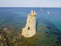 Den flyg- sikten av det Genovese tornet, turnerar Genoise, den Cap Corse halvön, Korsika kustlinje france Arkivfoto
