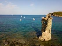 Den flyg- sikten av det Genovese tornet, turnerar Genoise, den Cap Corse halvön, Korsika kustlinje france Arkivfoton