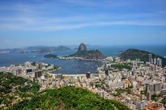 Den flyg- sikten av det Sugarloaf berget och Botafogo skäller, Rio de Janeiro, Brasilien arkivfoto