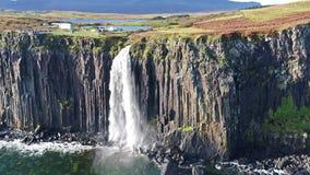 Den flyg- sikten av den dramatiska kustlinjen på klipporna vid Staffin med den berömda kilten vaggar vattenfallet - ön av Skye - arkivfilmer